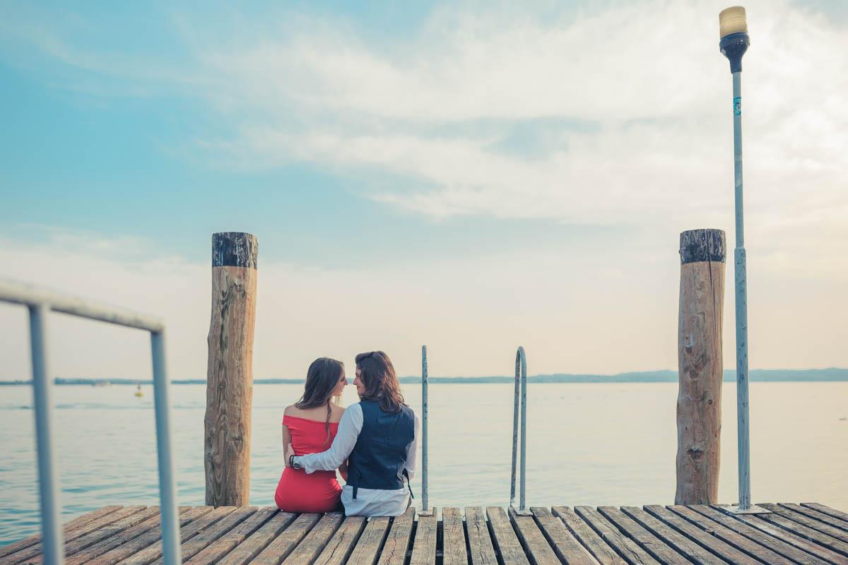 Professional wedding photographer - Couple in love on the beach in Sirmione, Brescia - Lake Garda