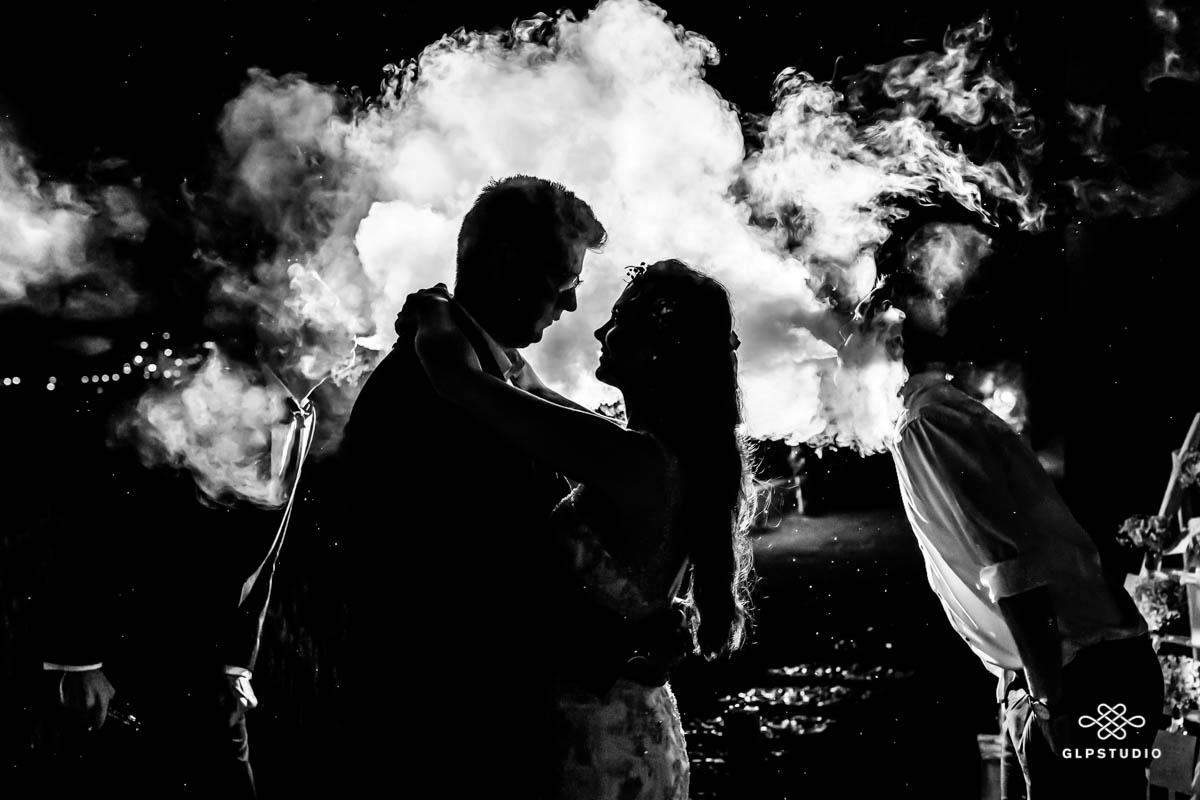 Sposi abbracciati sul lago di garda