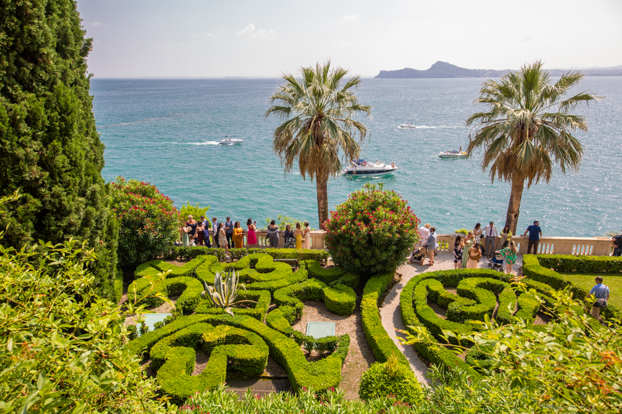 Professional wedding photographer. Wedding guests on the island of Garda - GLPSTUDIO Photo & Video