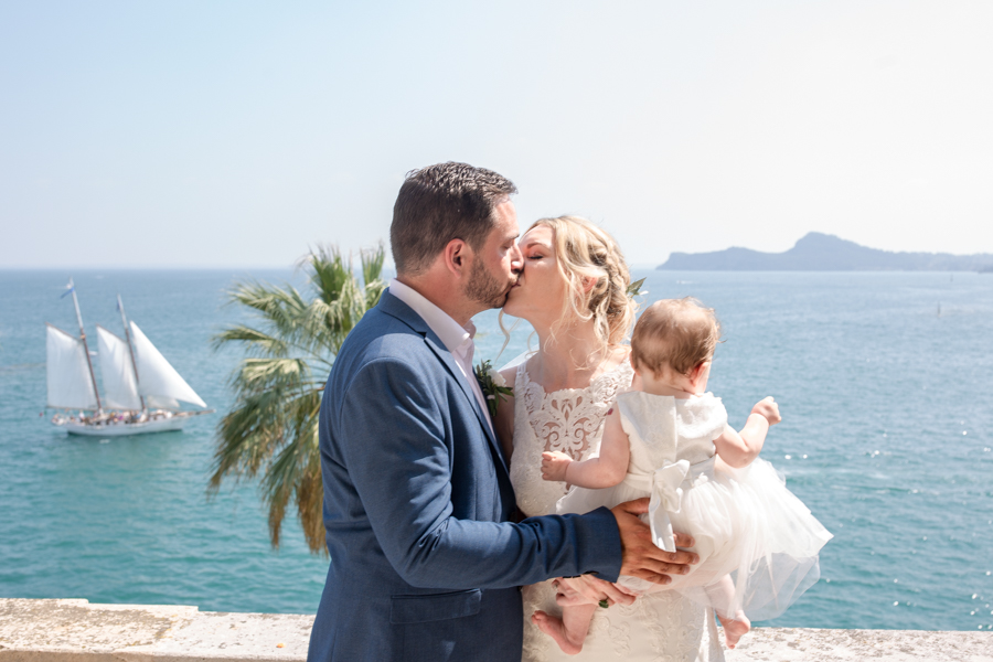Professional wedding photographer. Married couple at the villa on the island of Garda,