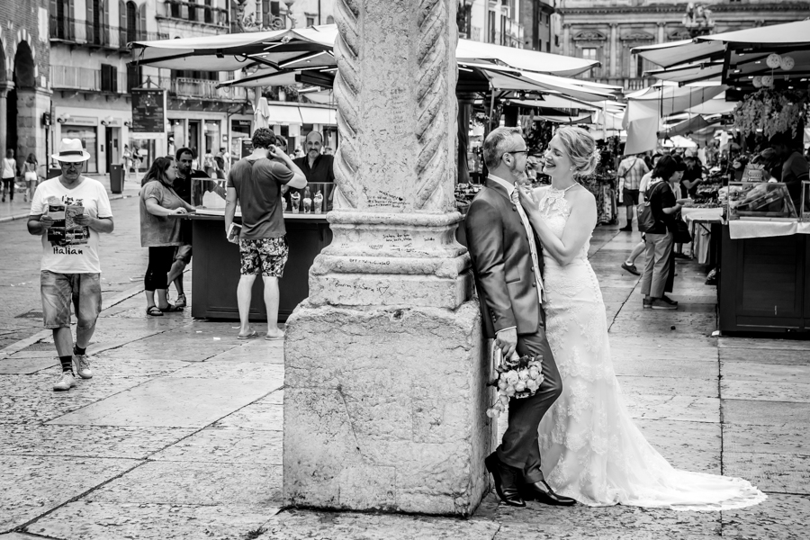 Novelli sposi in piazza erbe a Verona, città dell'amore