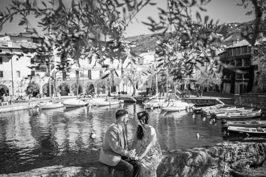 Professional wedding photographer. Couple photo service in Torri del Benaco with wedding photographer Gian Luigi PasqualiniI